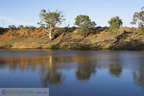 wakool;kyalite;environment;scenery;water;river;river;bank;plants;tree;deciduous;gum;gum;tree;river;gum;eucalyptus;reflections;red;horizontal;